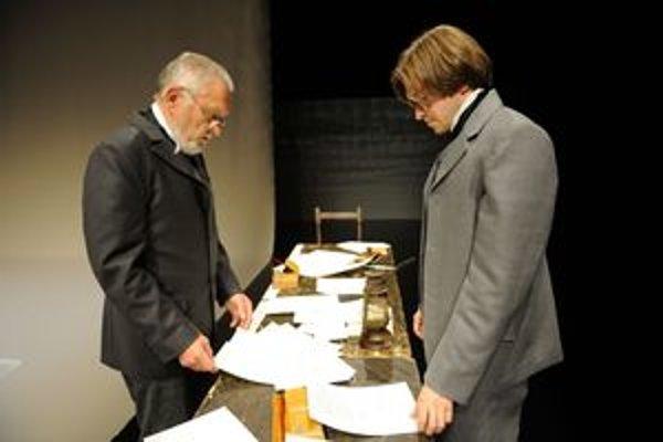 Viliam Hriadel a Martin Šalacha v inscenácii Čím tichší tón, tým lepšie hrajú postavu Jozefa Škultétyho.