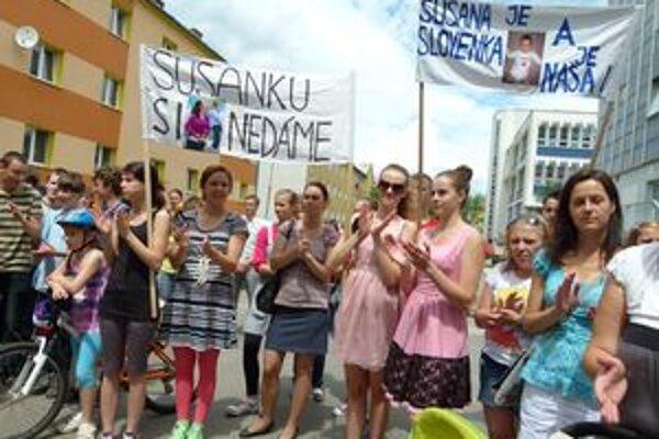 Pred martinským Okresným súdom skandovali, že si ju nedajú a patrí na Slovensko.