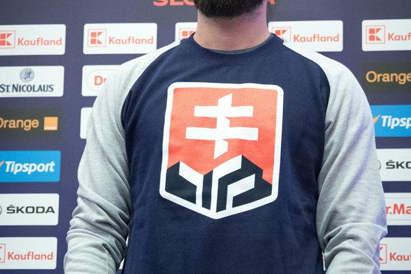SNS tvrdí, že nové logo na hokejových dresoch nie je štátnym znakom, čo môže ohroziť dotácie hokejtistov.