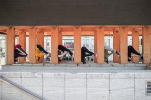 Pri prechádzke s pestrofarebnými tanečníkmi a akrobatmi sa obyvatelia Bratislavy pozrú na svoje mesto novými očami. Fotografie sú z nácviku, ešte bez kostýmov.