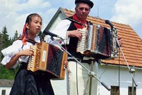 Generácie s harmonikou. Štefan Kubašák s vnučkou z Turzovky.