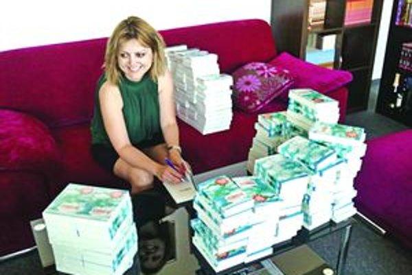 Evita Urbaníková podpisuje svoju najnovšiu knihu.