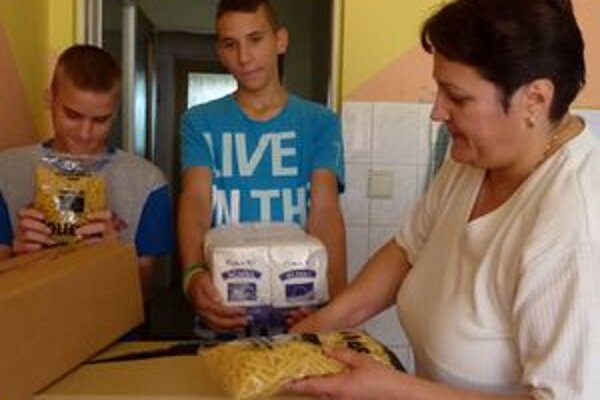 V necpalskom detskom domove už potraviny majú. Z múky, ktorá má len polročnú záruku, denne pečú koláče.