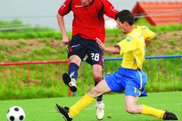 Strelec zápasu. Vrútočan Vladimír Mazúr (v červenom) bol na nezastavenie, Klin zatĺkol štyrmi gólmi.