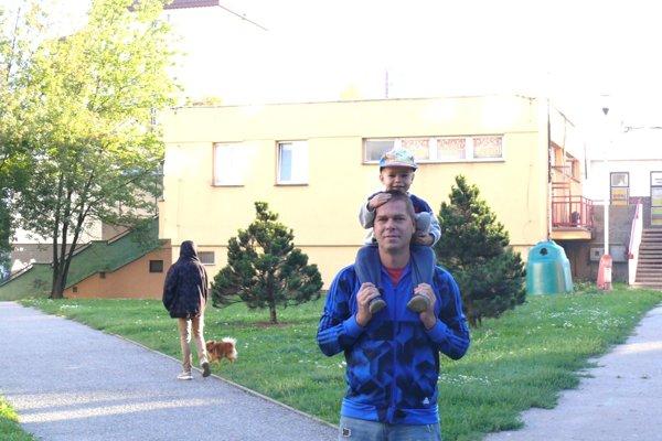 Andrejko Žabka statom Petrom smerujú spolu do škôlky na Ľadovni.