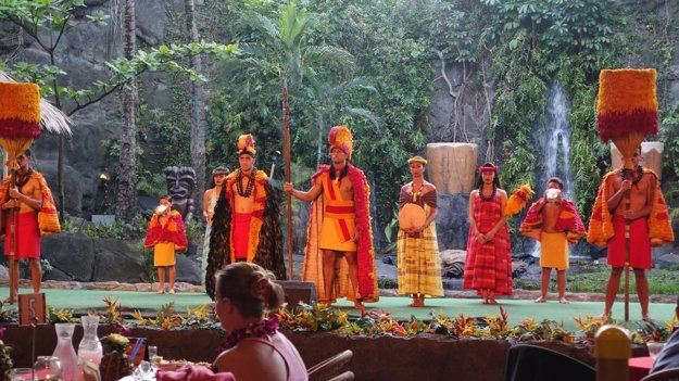 Show pri večeri v Polynézskom kultúrnom centre. Táto časť predstavenia ukazuje ceremóniu havajského kráľovského dvora.