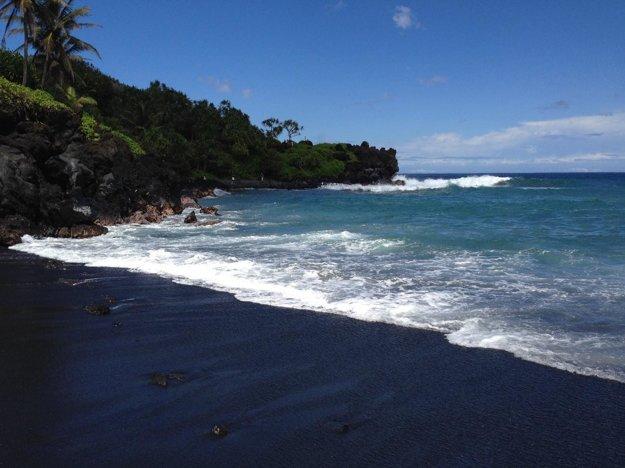 Čierna pláž v parku Waiʻanapanapa.