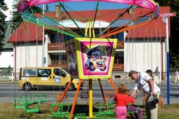 Zábava bez jarmokuKolotoče plné nie sú, no deti sa na nich rady povozia aj napriek tomu, že jarmok nie je a ani nebude.