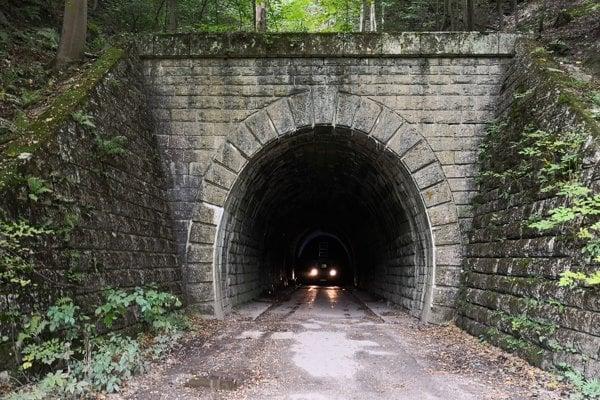 Pôvodný Margeciansky tunel po rokoch nahradil nový - Bujanovský, ktorý je používaný dodnes.