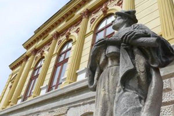 Jedna zo sôch, o ktoré v hlasovaní ide, je umiestnená pred vchodom do Národného domu.