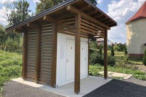 Kovový kontajner sa prekryl drevenou konštrukciou so strechou abočným latovaním.