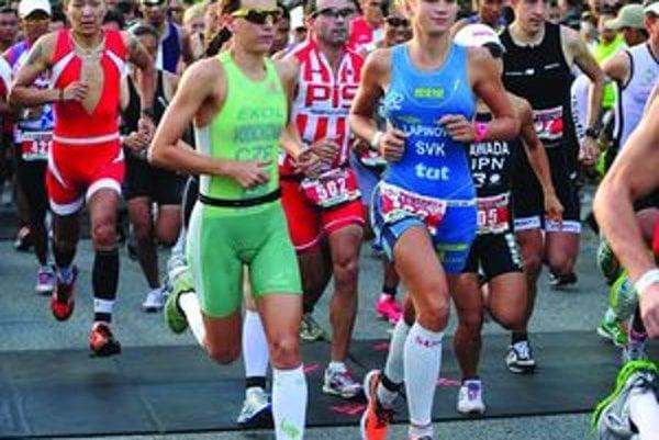 Kristína Lapinová (v modrom), vedľa nej neskoršia víťazka pretekov Radka Vodičková.