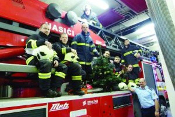 Stále v pozore. Martinskí hasiči trávia Vianoce pri stromčeku, no stále sú v pohotovosti.