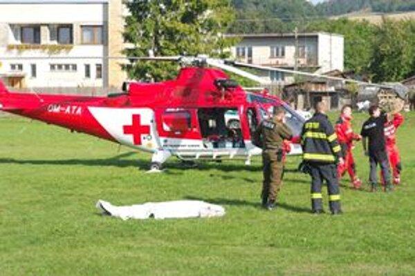 Telo muža previezol vrtuľník na ihrisko v areáli základnej školy