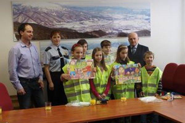 Ocenení mladí zachranári na martinskej radnici.