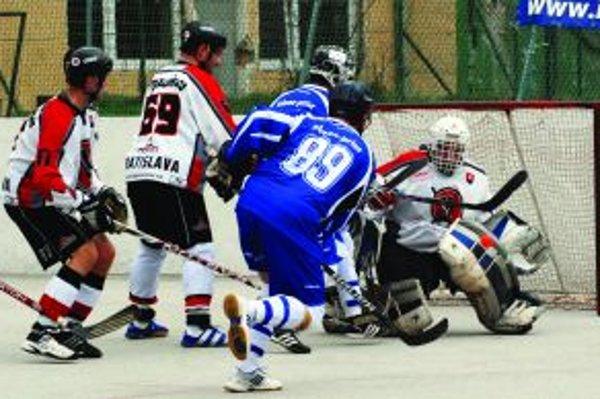 Peter Učník (hráč č. 89) sa snaží prekonať brankára Kalisa. Ten si s jeho pokusom poradil.