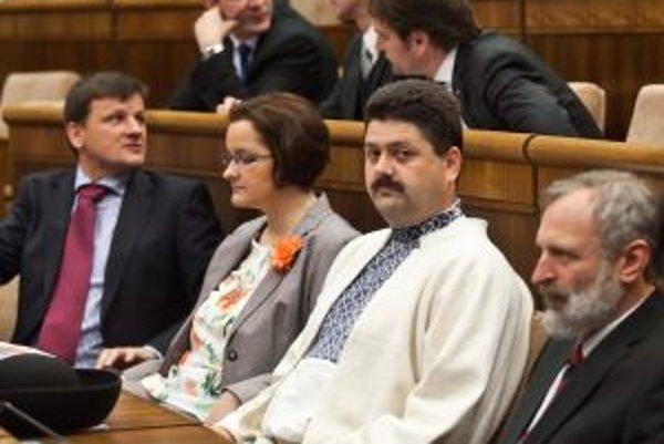 Igor Hraško medzi poslaneckými kolegami.