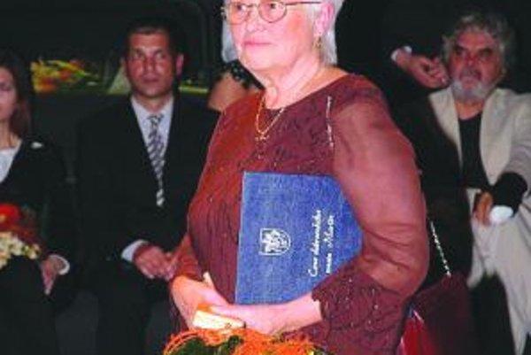 A. Hanzlíková v čase, keď si preberala titul Dobrovoľník roka.