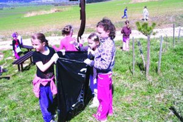 Deti zo Žabokriek čistili dedinu.