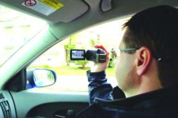 Kontrola po novom. Mestskí policajti majiteľov so psami nenápadne snímajú kamerou, čím priestupok zdokumentujú.