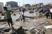 Viaceré domy na ostrove poškodilo cunami.