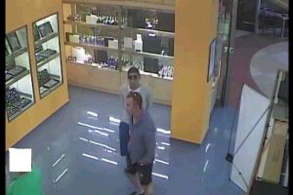 Dvoch podozrivých zachytila v zlatníctve kamera.
