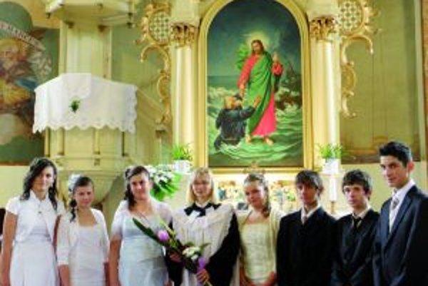 Mladí ľudia si nedávno potvrdili svoju krstnú zmluvu