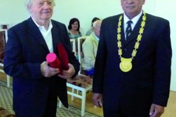 Ever Púček (vľavo) a starosta obce Jozef Petráš.