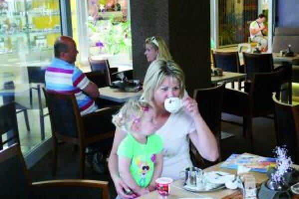 Silvia chodí do nákupných centier aj s malou dcérkou. Dym z cigariet im prekáža.