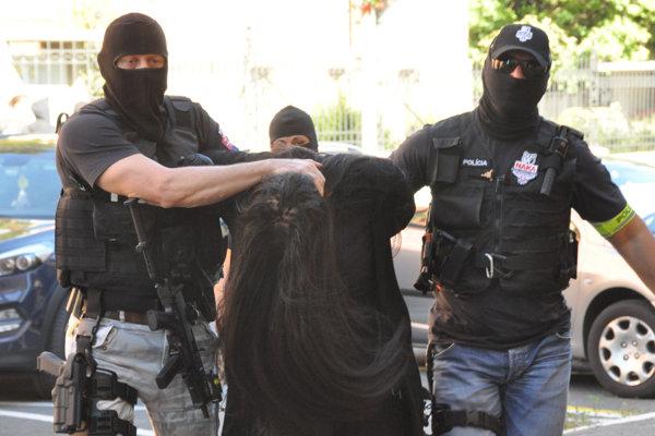 Obvinená Alena Zs. (uprostred) počas príchodu na Špecializovaný trestný súd v Banskej Bystrici.
