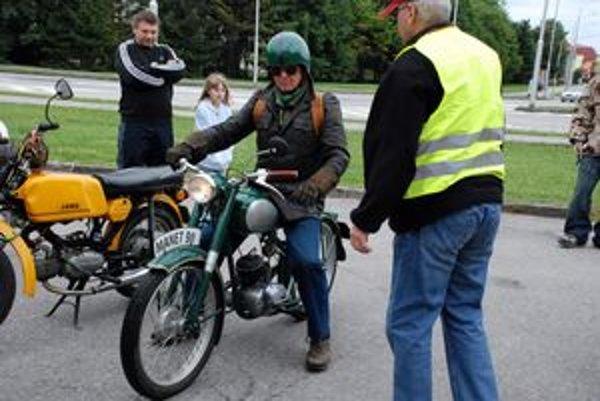Jeden z najstarších.Peter Hoffmann na historickom motocykli Manet M-90, ktorý bol prvým motocyklom skonštruovaným a vyrábaným na Slovensku.FOTO: Ľ. LETTRICH