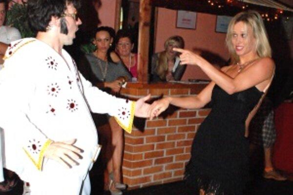 Podvečer pobavili návšetvníkov baru Cassio Peja Juraj Mokrý so svojou tanečnou partnerkou Katarínou Štumpfovou zábavným tanečným vystúpením.