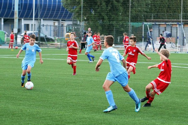 Momentka zo zápasu kategórie U11 (nar. 2008). S loptou Nitran Maxim Kleban.