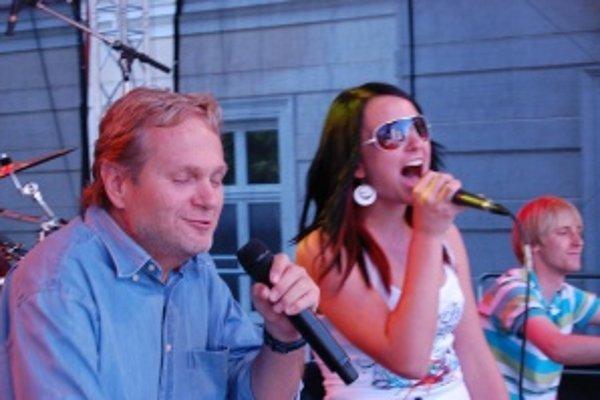 V roli šoumena je doma. S Jankom Kuricom sa mladej speváčke spievalo veľmi dobre.