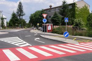 Obec Ploské má nový kruhový objazd vďaka dotáciám.