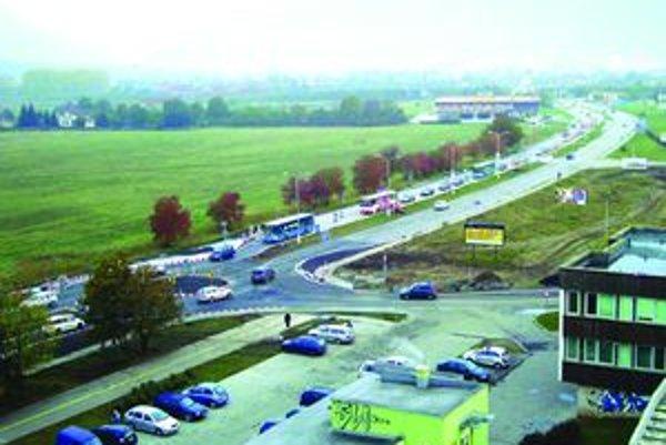 Na novom kruhovom  objazde sa v čase dopravnej špičky tvoria kolóny vozidiel.