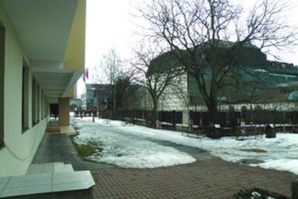 V priestore medzi divadlom a knižnicou bude už v lete oddychová zóna.