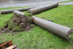 Vodič strhol dva betónové a jeden drevený stĺp elektrického vedenia.