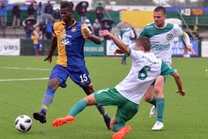 Na snímke vľavo bývalý hráč FC DAC 1904 Dunajská Streda Vakoun Issouf Bayo, vpravo hráč MFK Vranov nad Topľou Dominik Sabol.