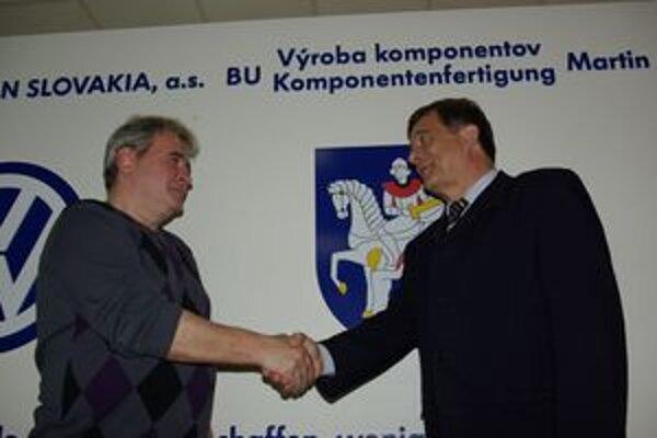 Držiteľ diamantovej Janského plakety Ivan Buocik (vľavo) prijíma gratuláciu od Štefana Škanderu.