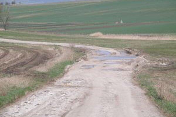 Takto vyzerá cesta, po ktorej neustále jazdili nákladné autá so štrkom.