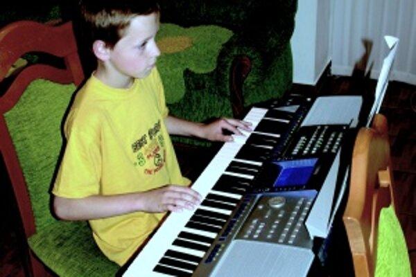Adrián Habrda. Talentovaný chlapec navštevuje okrem základnej školy aj dve umelecké školy. Najradšej má hudobnú výchovu, jednotky ale nosí aj z matematiky.