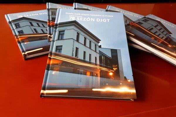 Kniha zachytáva históriu divadla a dopĺňa ju početnými fotografiami.