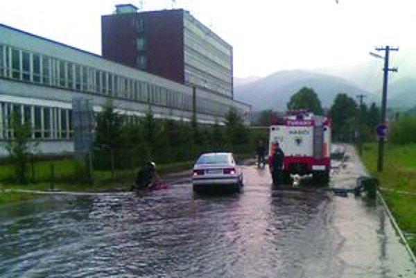 Pod vodouNa ulici pri základnej škole stojí po daždi niekoľkocentimetrová voda. Hasiči s ňou majú zakaždým veľa práce.