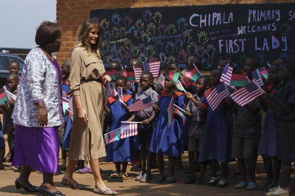 Melania Trumpová počas návštevy základnej školy Chipala v meste Lilongwe v Malawi.