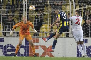 Domáci Islam Slimani strieľa svoj druhý gól.