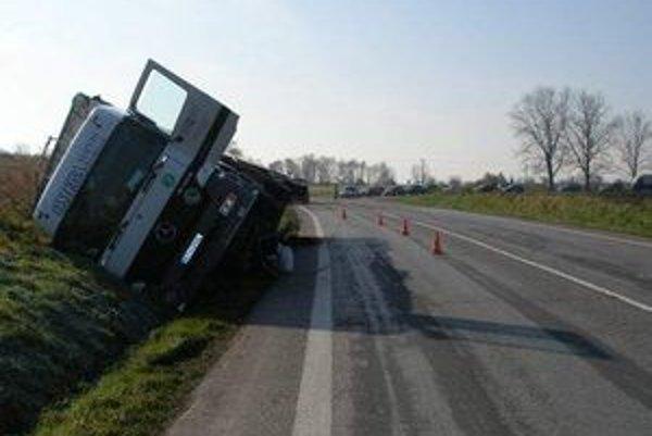 Kamión v priekope - policajti zistili, že jeho vodič sadol za volant pod vplyvom alkoholu.