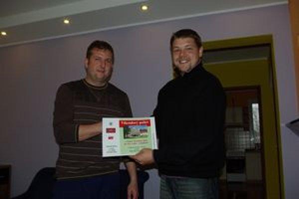 Pri odovzdávaní hlavnej ceny bol spokojný víťaz tipovačky Marián Beňo (vľavo) aj sponzor súťaže Andrej Grieger, riaditeľ Hotela Martinské hole.
