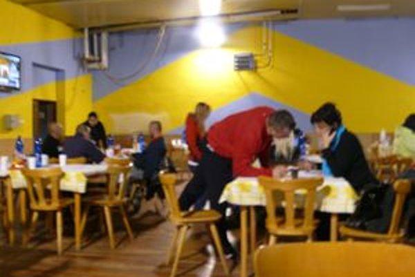 V športovej hale na Podháji, v sídle volebného štábu Zdenka Kozáka, bolo rušno.