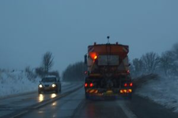 Cestári - sneh odhŕňali plynulo. Sneženie však spomalilo dopravu, autobusy meškali.
